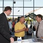 Herr Mäurer, Herr Weih und Landrat Krebs bei Auto Mobil Dermbach